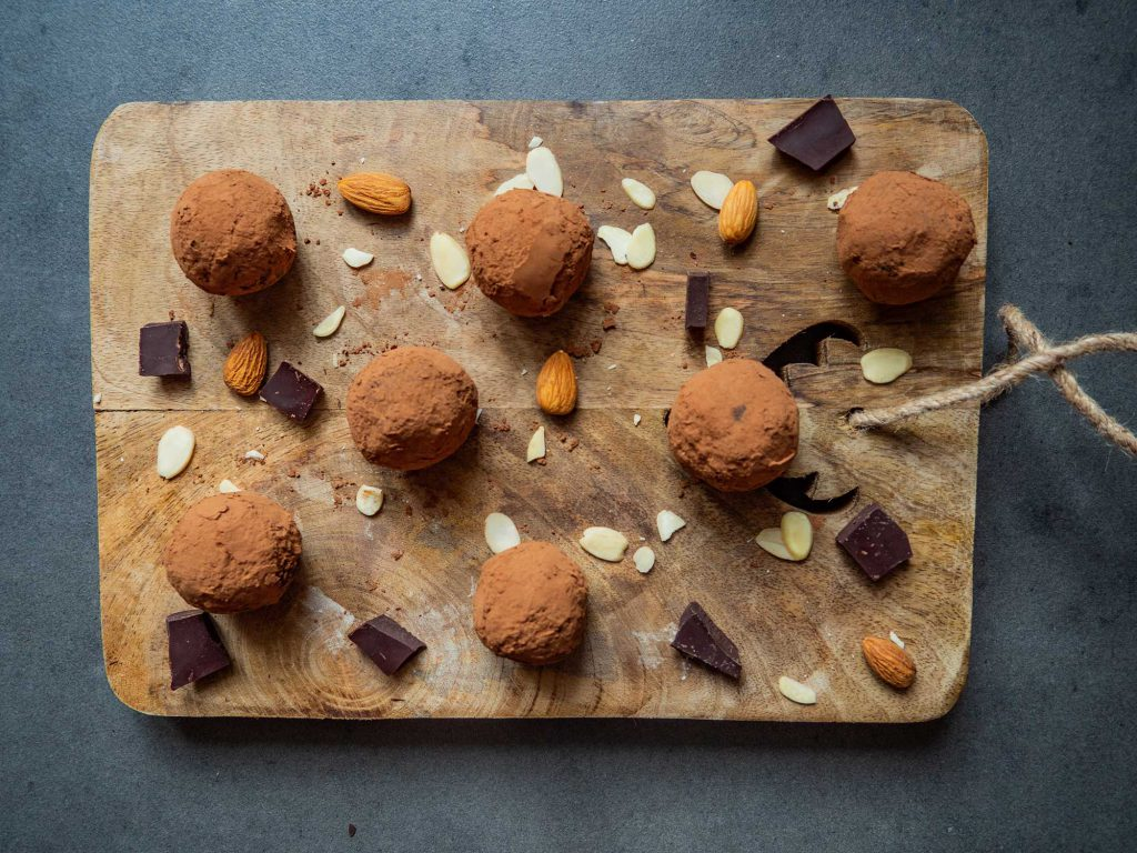 Power balls with dates and almonds