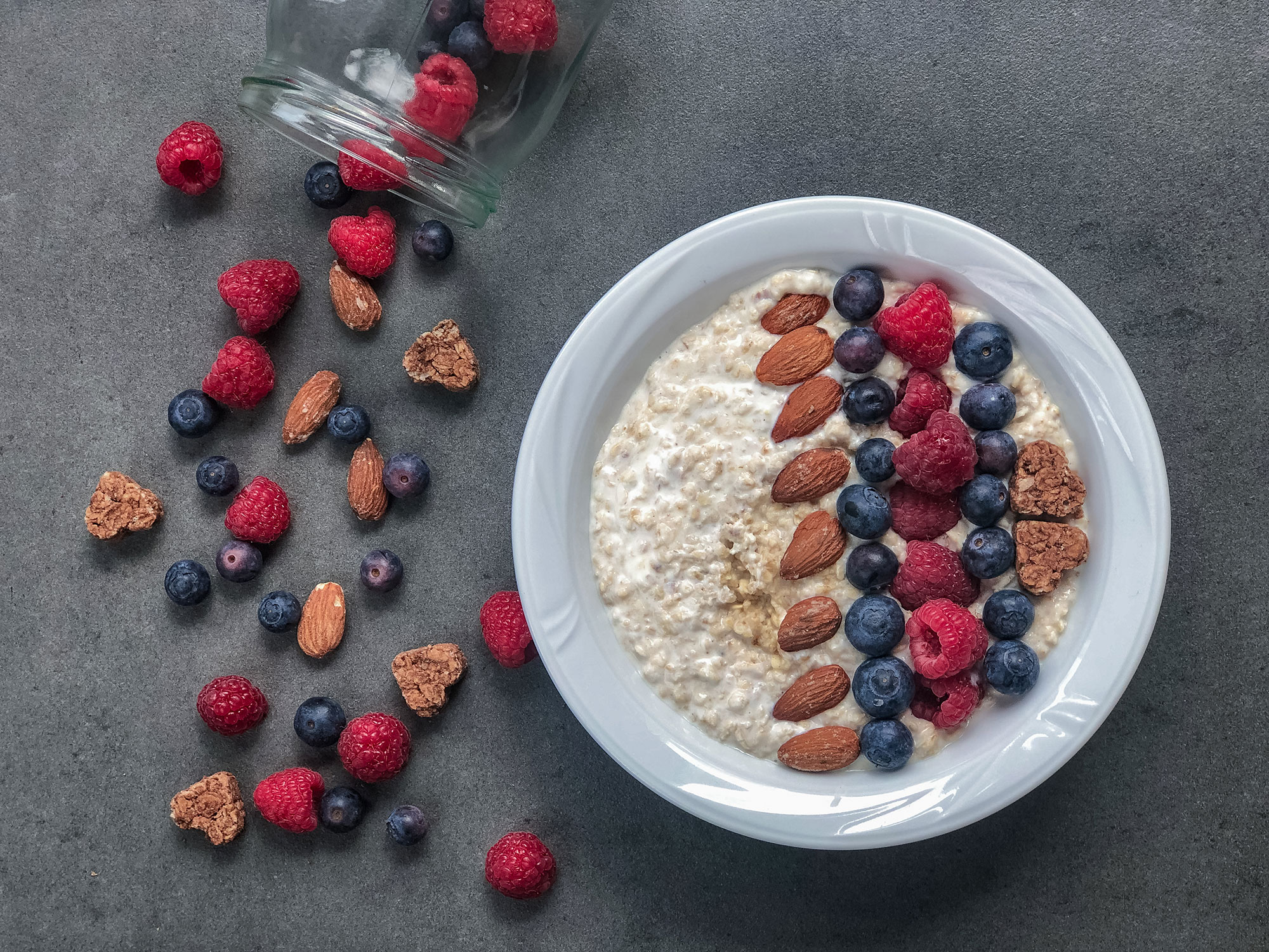 Oatmeal with fruits and almonds