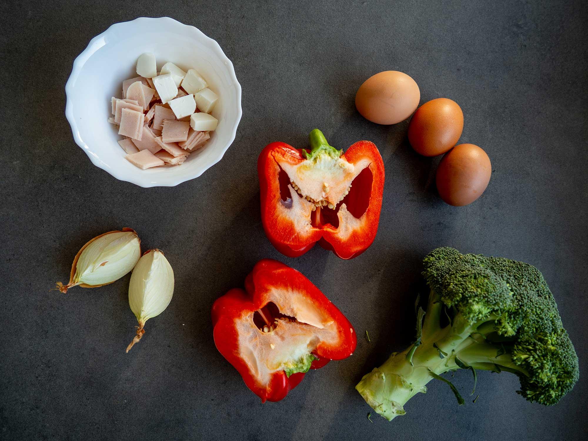 3 eggs, broccoli, red pepper, garlic, chicken breast ham